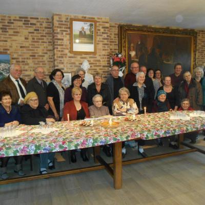 Une centenaire bien entouree